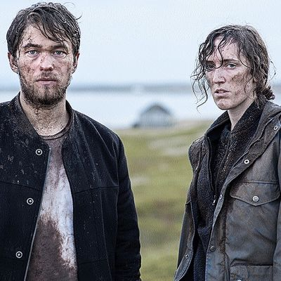 Pressikuva: Monster-sarjan henkilöt Joel (Jakob Oftebro) ja Hedda (Ingvild Holthe Bygdnes) rähjääntyneinä.