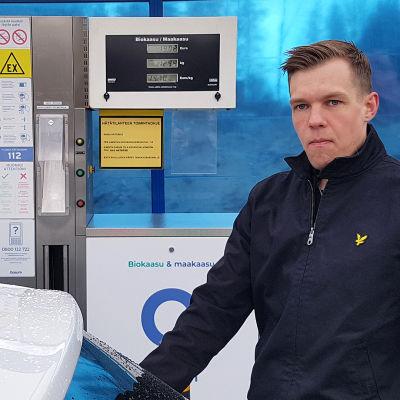 Jesse Junnola tankkaa kaasuautoa