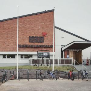 """Hus i vitt och rödtegel med snett tak, utanför texten """"Kerubi, Karjalantalo"""""""