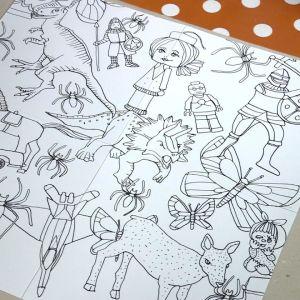 Tecknade leksaker på vitt papper.