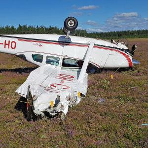 Cessna 206 -pienkone katollaan Immolan lentokentällä