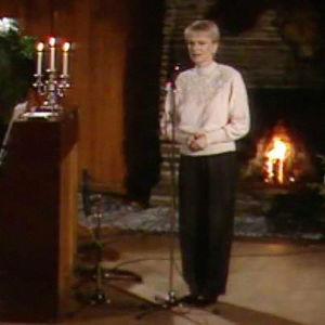 Katri Helena laulaa Kukkokiekuu-ohjelmassa. Jani Uhlenius säestää pianolla.