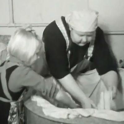 Nainen ja lapsi pyykkäämässä 1942