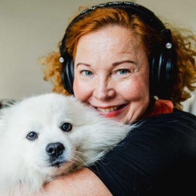 Heidi Finnilä och hennes hund.