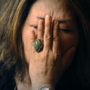 En bedrövad Yolanda sätter sin hand mot ansiktet.