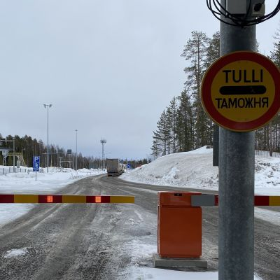 Tulli kyltti ja punakeltaiset puomit vartiuksen raja-asemalla.
