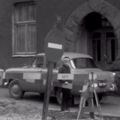 Auto kurvaa jalkakäytävälle katutöiden vuoksi (1964).