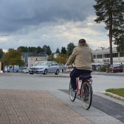 Pyöräilijä Kuhmon keskustassa Kainuuntiellä