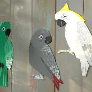 Tre papegojfigurer i trä.