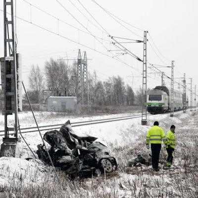 En person omkom när ett tåg och en bil kolliderade i Toby i Korsholm.