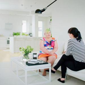 Kuvassa vasemmalla Miia Salmen rakkain esine: Mademoiselle-tuoli.