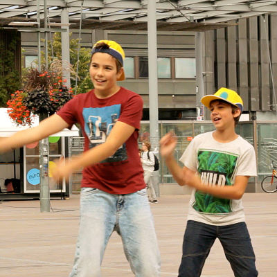 Två pojkar uppträder som gatumusiker.