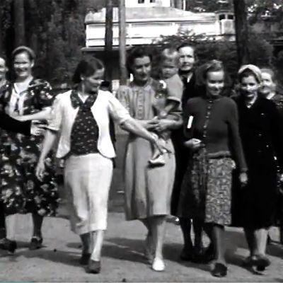 Aseveliperheiden äidit lapsineen kesälomalla Punkaharjulla (1943).