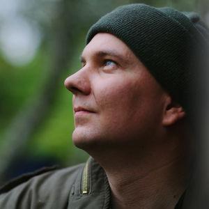 Juha Rasimus sivuprofiilissa.