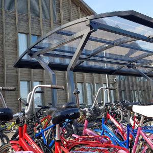 Polkupyöriä Mansikkalan puukoulun edessä