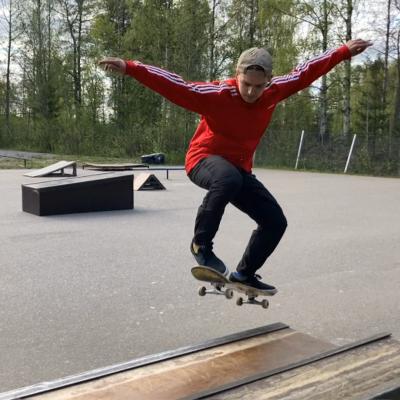 Elmo Kaikkonen skeittaa Rovaniemellä Antinpuistossa