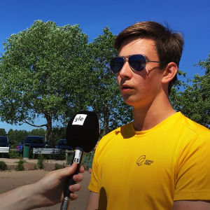 Badvakten Kevin Johansson intervjuas av Yle.