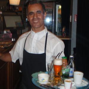Ranskalainen tarjoilija juomatarjottimineen.