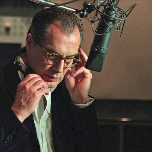Skådespelaren Samuel Labarthe i en dubbningsstudio.