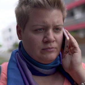 Naisasia-aktivisti Natalia Pancewicz puhuu puhelimessa ohjelmassa 24 tuntia Euroopassa
