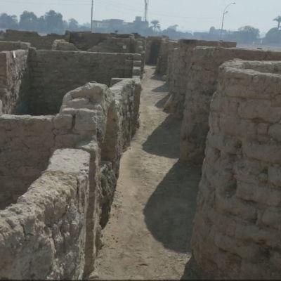 Murar i en nyupptäckt antik stad i Egypten