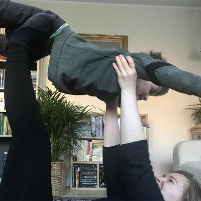 Kapellimestari Eva Ollikainen lennättää poikaansa kotona Tanskassa koronakeväänä 2020.