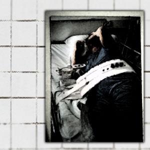 Bilden föreställer en människa som inte kan röra sig på att av att hen har spänts fast.