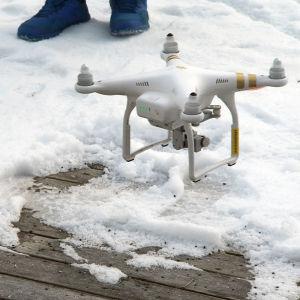 Kamerakopteri lentää lähellä maata.