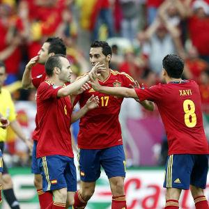 Espanjan jalkapallomaajoukkueen pelaajia kentällä.