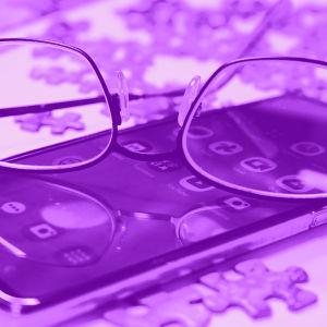 Tekstit: Helppokäyttötoiminnot, Digitreenit, yle.fi/oppiminen. Kuvassa kännykkä ja silmälasit.