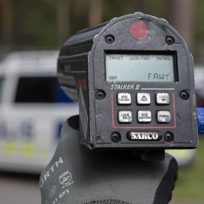 Närbild på polisens hastighetsmätare.