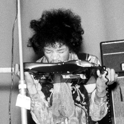 Jimi Hendrix soittaa kitaraa hampaillaan Helsingin Kulttuuritalon konsertissa.