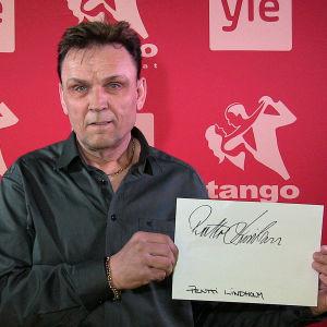 Pentti Lindholm osallistuu Seinäjoen Tangomarkkinoiden laulukilpailuun.