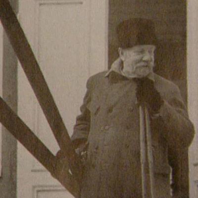P. E. Svinhufvud sukset käsissä kotitalonsa edessä Kotkaniemessä.