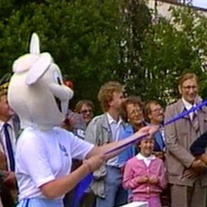 Carl-Olof Homén (oike.) lähettää MM-kisamaskotti Lassen ilmapallojen mukana taivaalle Otaniemen kisakylän avajaisissa (1983).