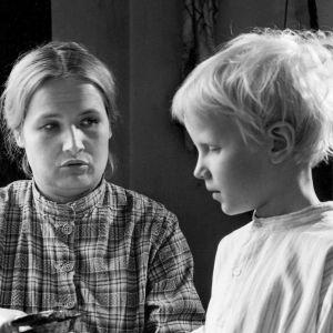 iida Pekkanen (Anja Pohjola) ja Toivo (Kimmo Jokinen) Rauni Mollbergin ohjaamassa elokuvassa Lapsuuteni