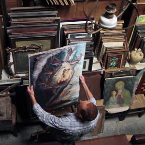Tomeo hemma i sin ateljé bland sina tavlor.