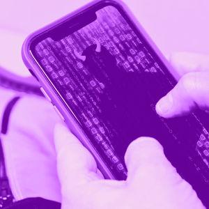 Digitreenien pääkuva: Kännykkä kädessä, Asenna-nappi näkyy. Tekstit: Sovellukset Androidissa, Yle.fi/oppiminen, Digitreenit.