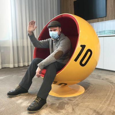 Olli istuu lottopallo-tuolissa