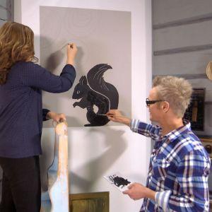 Camilla Forsén-Ström och Jim Björni målar på vägg.