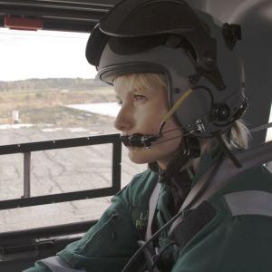 Ensihoitolääkäri Piritta Setälä lentää helikopterilla potilaidensa luokse.
