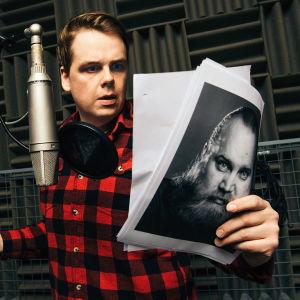 Göstan ääninäyttelijä Antti Tuomas Heikkinen Ylen studioilla.