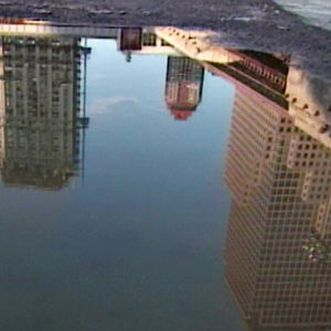 Skyskraporna kring Ground Zero speglar sig i en vattenpöl.