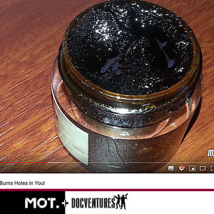 Mustaa salvaa purkissa, kuvakaappaus YouTubesta.