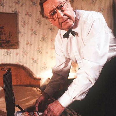 Tuomas Muranen (Olavi Ahonen) tutkii salkun sisältöä.