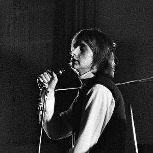 """Laulaja Rauli """"Badding"""" Somerjoki esiintyy Tasavallan popparit -tv-ohjelmassa 1970."""