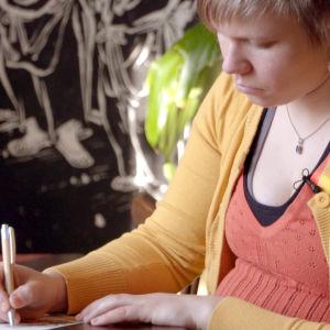 Tuhkimotarinoiden Nanna sai ystävältään Auroralta kirjeen. Kuvassa Aurora.