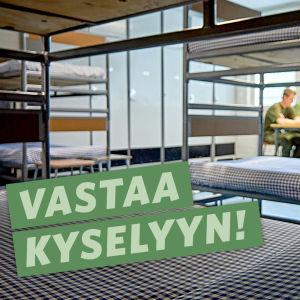 Varusmiehiä pöydän ääressä ja teksti: Vastaa kyselyyn!