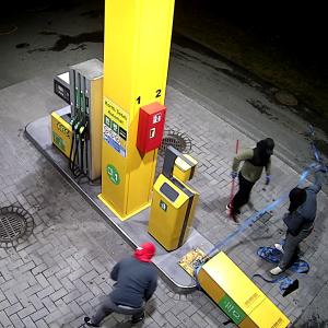 Valvontavideossa kolme miestä rikkovat käteisautomaattia.