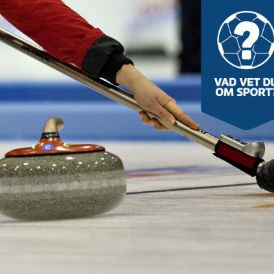 En curlingspelare stöter iväg en sten.